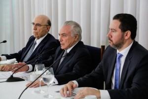 Brasília - O presidente Michel Temer, acompanhado dos ministros Henrique Meirelles, da Fazenda, e Dyogo Oliveira, do Planejamento, recebe jornalistas durante café da manhã no Palácio da Alvorada Marcos Corrêa/PR