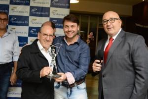 """Denerio Neumann recebe o prêmio """"Destaque Optico 2016"""""""