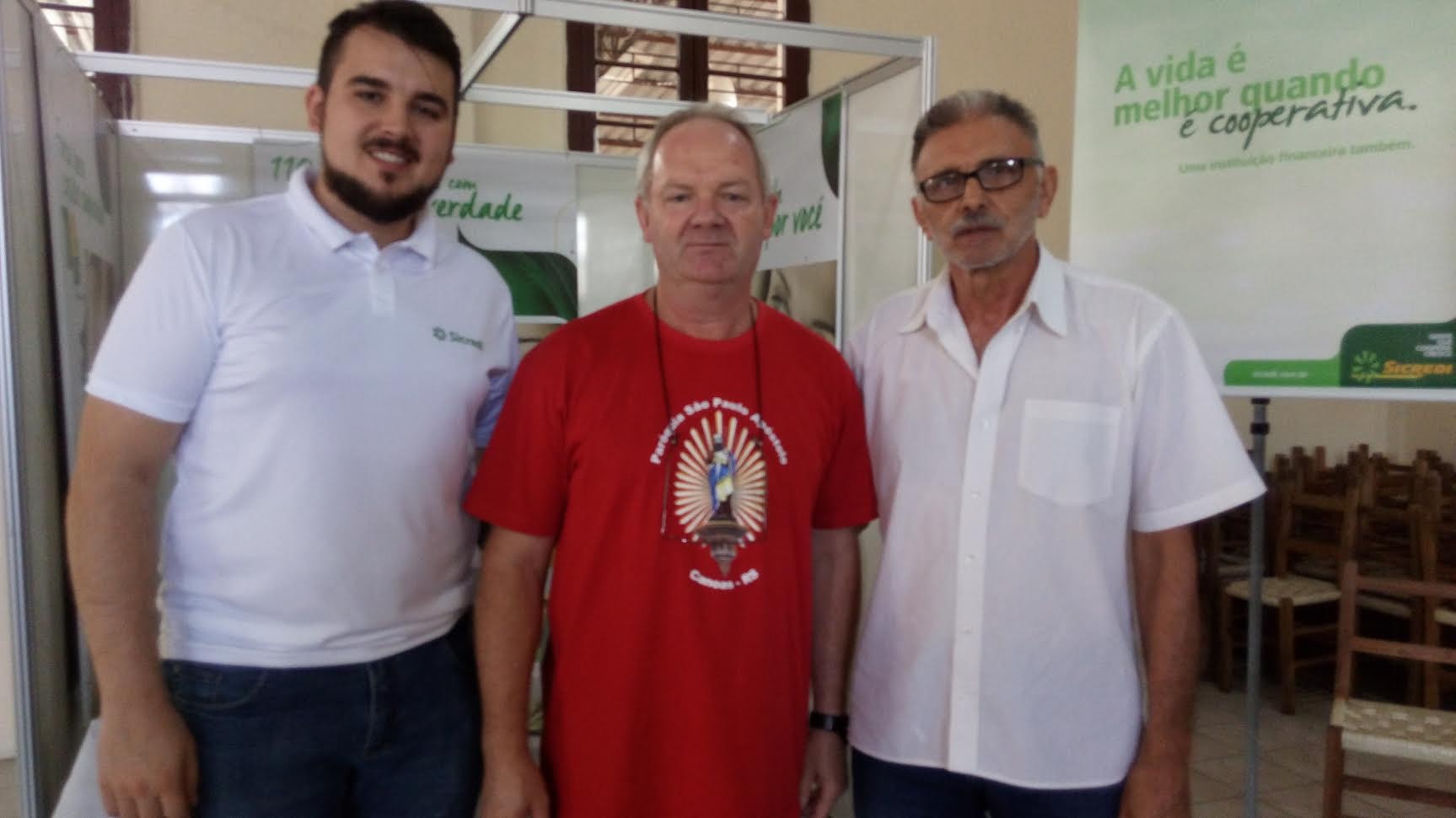 Representante do banco Sicredi, Padre Jorge Lermen e 1º vice presidente, Itamar Barboza da Silva visitando os standes .