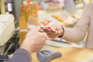 Preços diferenciados para compras no cartão e a vista passa a ser permitida com a medida