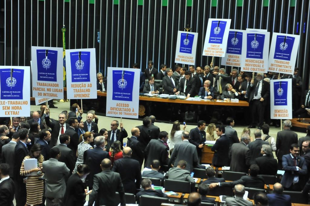 Plenário aprovou reforma trabalhista em meio a cartazes de protesto da oposição. Placar de votação do texto-base foi de 296 a 177